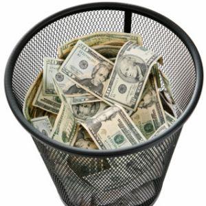 להכין חומרים שיווקיים לפני שהבנתם מה הערך המוסף שלכם בעיני הלקוחות העתידיים שלכם - זה זריקת כסף לפח